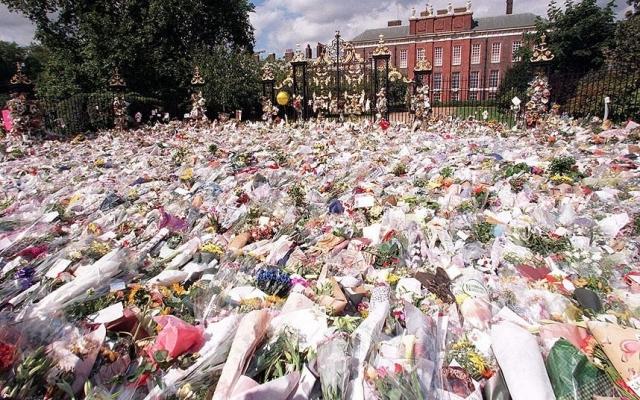 6 сентября более миллиона стали свидетелями похоронной процессии, а колокол Вестмнистерского аббатства бил каждую минуту, когда гроб с телом Дианы перевозили на церемониальном пушечном лафете.