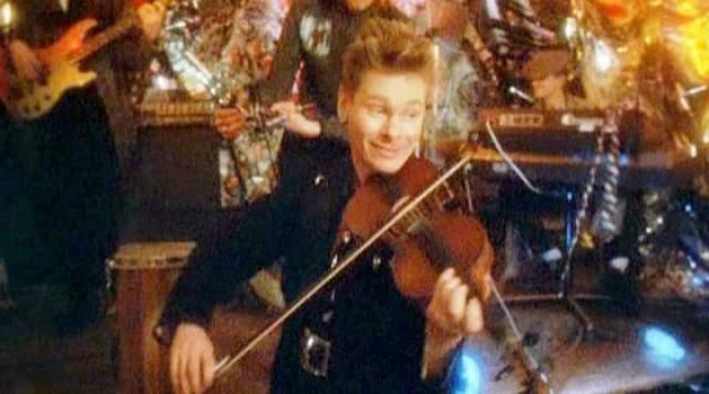 """Сергей Рыженко, 61 год, гитарист в """"МВ"""" и скрипач с детства. Учился в Гнесинке по классу скрипки."""