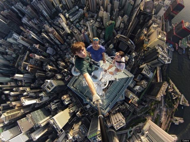 Селфи Александра Ремнева с товарищами на высоте 346 метров на вершине башни The Center.