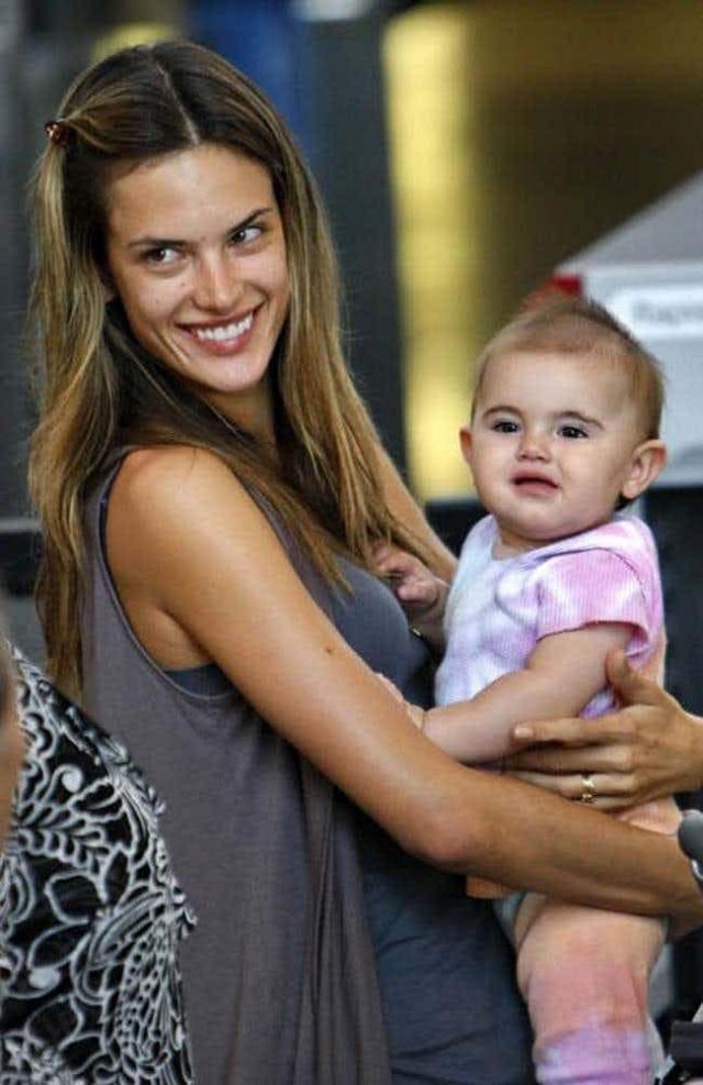 Дочь Алессандры Амбросио. Таблоиды обсуждали внешность Ани Мазур практически с самого ее рождения, подчеркивая, что девочка явно не такая красавица, как мама.