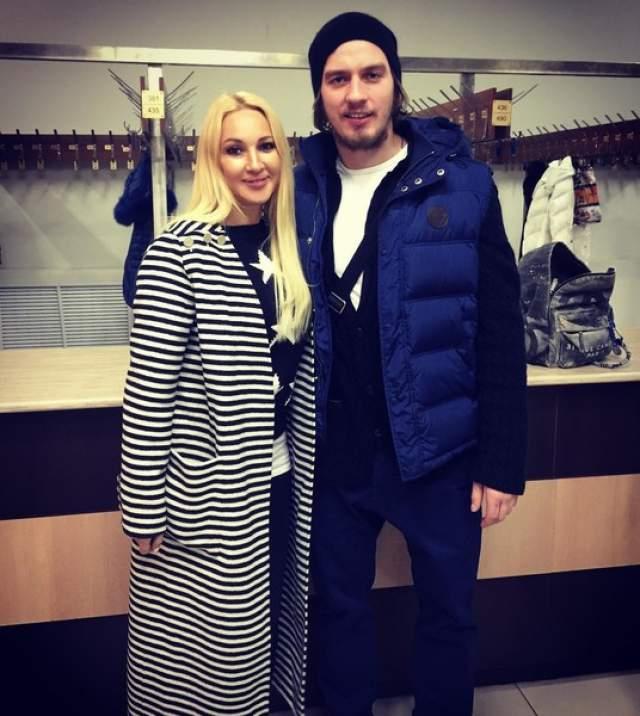 """О бывших девушках Макарова почти ничего неизвестно. Он отличный игрок в хоккей, и все время, вероятно, уделял работе. О своих ровесницах он говорил, что они в его возрасте """"самовлюбленные""""."""