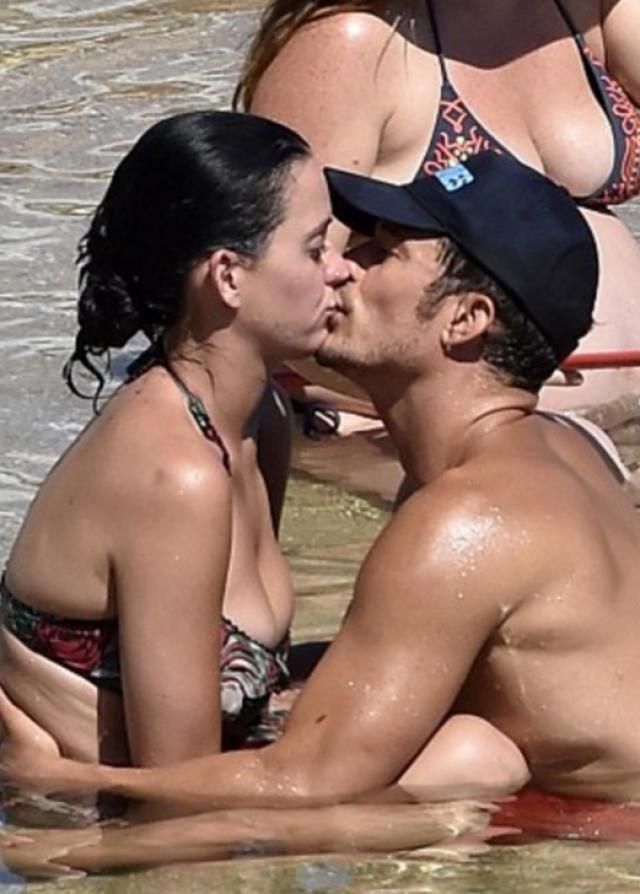 Любопытно, что пара долго скрывала свои отношения, но, очевидно, что на отдыхе секретность их мало волновала. Сейчас знаменитости уже расстались.