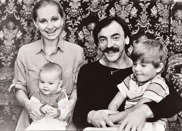 Михаил Боярский и Лариса Луппиан с дочерью Лизой и сыном Сергеем.