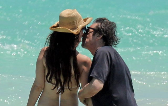 77-летнего Аль Пачино застукали за поцелуями с 38-летней возлюбленной на пляже.