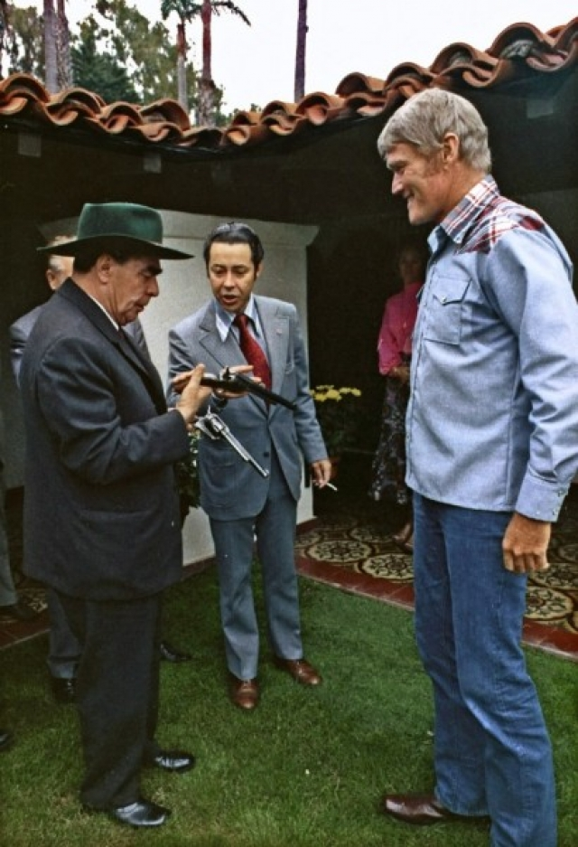 """Брежнев обожал американские вестерны. А самым правдивым образом ковбоя на всю жизнь для него остался исполнитель главной роли в американском сериале """"Стрелок"""" Чак Коннорс."""