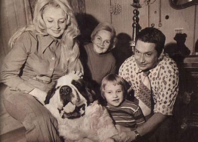Наталья Кустинская с мужем, сыном и мамой.