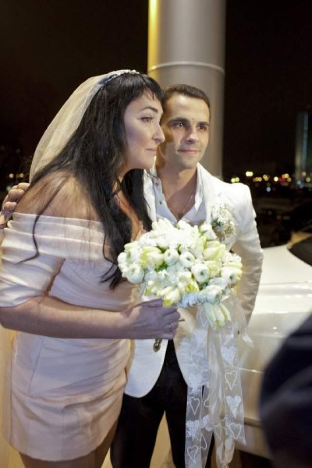 Тренер по игре в сквош и фитнесу, а также теннисист познакомился с артисткой в 2010 году в спортивном клубе и почти тут же женился на ней.