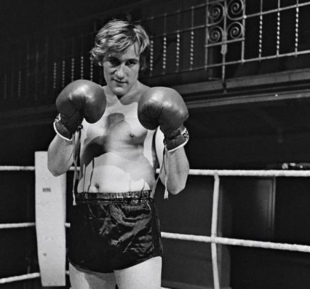 Работая в местной типографии, он усердно тренировался, выступал на любительских соревнованиях и даже начал спарринговать с профессиональными бойцами, но именно тогда и получил от кого-то удар по носу, ставший для него билетом в мир кинематографа.