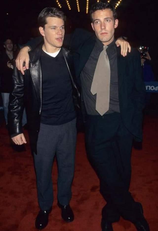 """Бен Аффлек и Мэтт Дэймон на церемонии Оскар в 1997 году. В этом году они получили заветную статуэтку за сценарий к филмьу """"Умница Уилл Хантинг""""."""