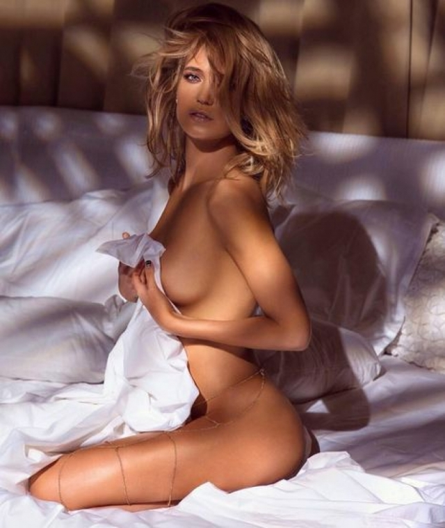 """""""Как же муж реагирует? Он чаще всего эти фото и делает! Саша не ханжа, он за красивое тело, сексуальность. Кстати, первое платье с декольте подарил мне именно он…"""" - отвечает Глюкоза на комментарии недовольных пользователей."""