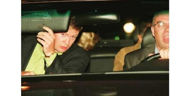 Принцесса Диана оглядывается на машину с папарацци за мгновения до рокового столкновения.