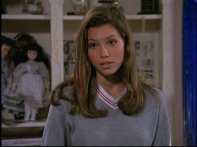 """Джессика Бил. В 14 лет, после неудачных кинопроб в несколько телевизионных проектов, юная актриса была утверждена на роль старшей дочери в семейной драме """"Седьмое небо""""."""