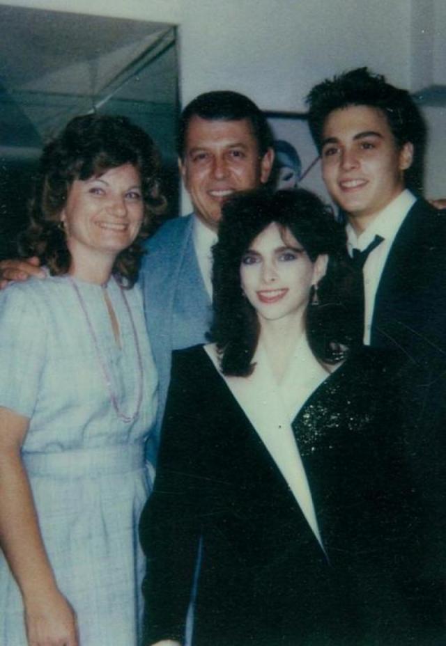 """Джонни Депп. Первой официальной женой актера была в далекой юности художница-визажистка Лори Энн Эллисон. Естественно, этот брак """"по молодости"""" долго не продлился."""