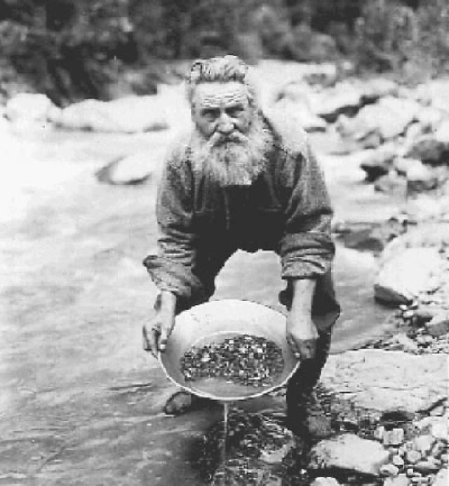 При этом русские хорошо знали о наличии на Аляске золота. В 1848 году русский исследователь и горный инженер, поручик Петр Дорошин нашел россыпи возле будущего города Анкориджа, но они считались небольшими.