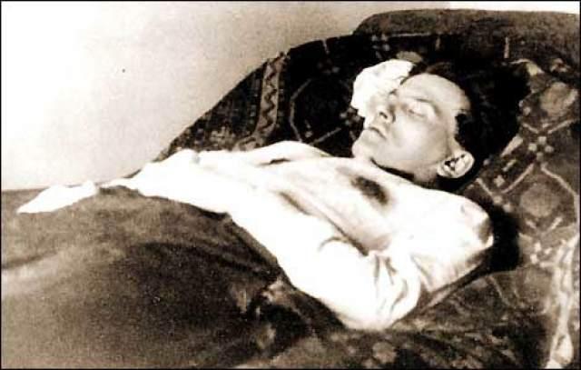 Маяковский застрелился из револьвера, подаренного ему ГПУ. По одной из версий его самоубийство в возрасте 36 лет в 1930 году, было организовано спецслужбами Кремля.