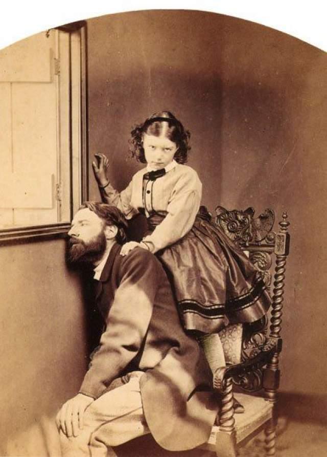 """Хотя делал он это только с разрешения родителей. """"Я люблю детей (только не мальчиков)"""", - записал однажды автор. С точки зрения тогдашней викторианской морали, подобная дружба была совершенно невинной причудой. А вот женат он никогда не был, и даже ни одного романа за писателем не было замечено."""