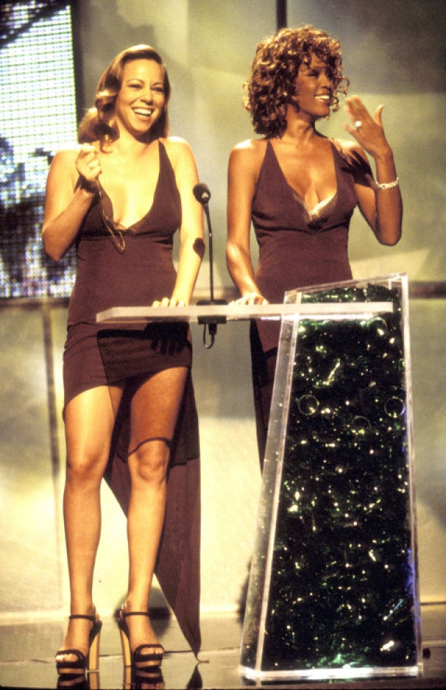 Поп-дивы Уитни Хьюстон и Мэрайа Кери встретились в одинаковых платьях на церемонии MTV VMA в 1998 году и смутились.
