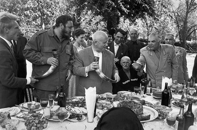 """Познакомившись с Фиделем лично, Хрущев столкнулся с настоящим бунтарем, """"со своей правдой"""" и обостренным чувством справедливости. Хрущев понял, что Фидель не станет под него подстраиваться и уж тем более не потерпит """"строгого, отцовского отношения к себе""""."""