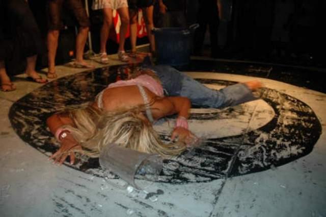 Фото умершей супермодели Анны Николь Смит. $1,5 млн стоили фото умершей звезды журнала Playboy в 2007 году. А агентство Splash News & Picture Agency за круглую сумму купило видеозапись, на которой звезде делают искусственное дыхание и массаж сердца.
