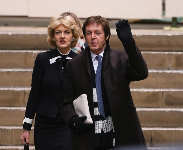 Спустя 4 года после рождения их дочери Беатрис пара решила расстаться. (На фото Пол со своим адвокатом по бракоразводному процессу).