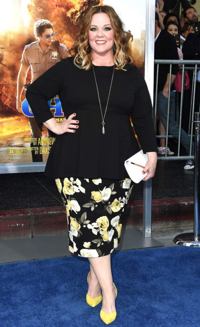 Мелисса Маккарти нарядилась в топ и юбку среднестатистической женщины средних лет.