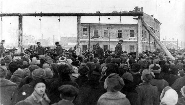"""Ранним утром на площади Калинина перед кинотеатром """"Гигант"""" собралась огромная толпа: люди, не забывшие еще ужасов войны и блокады, пришли посмотреть на смерть немецких военных преступников."""