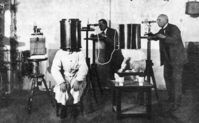 В начале 1942 над заключенными в концентрационном лагере Дахау проводились эксперименты под руководством Зигмунда Рашера, посвященные исследованию проблем состояния здоровья летчиков Люфтваффе, которые занимались пилотированием на больших высотах.