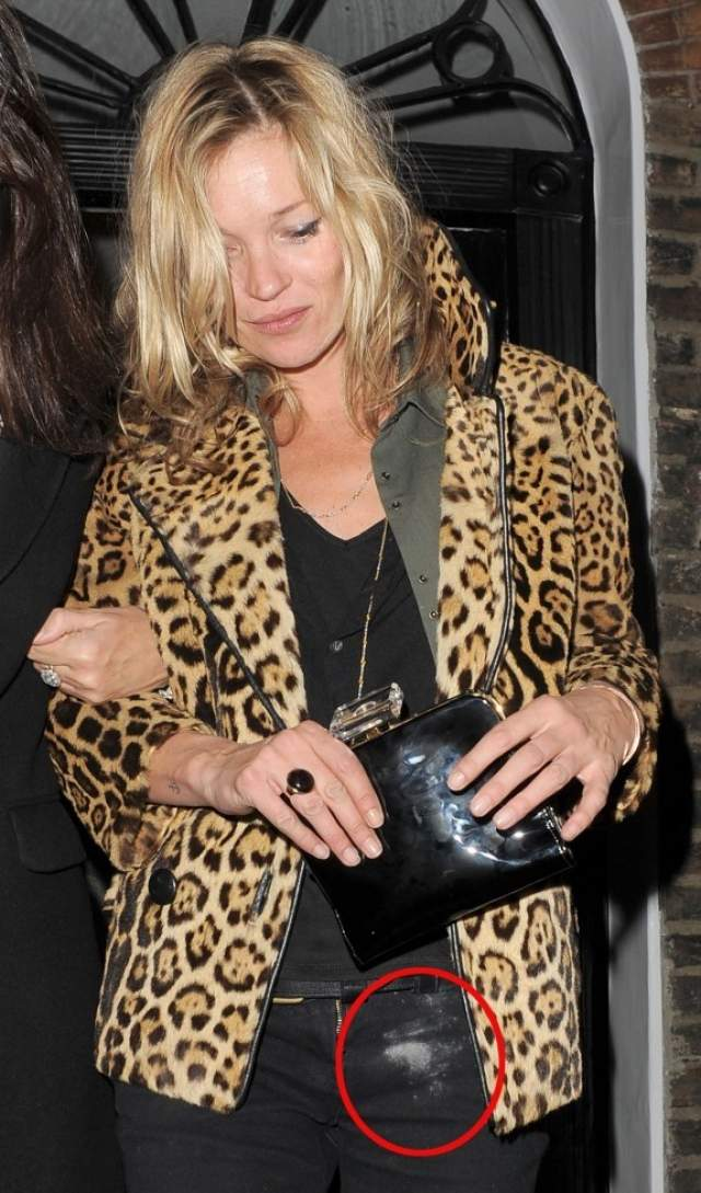 Но и после фотографы ловили знаменитость на выходе из ночных клубов. На одном из таких снимков брюки девушки заляпаны чем-то белым: то ли пудрой, то ли запрещенным порошком.