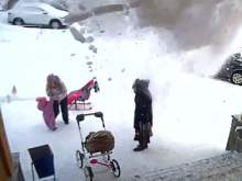Под Мурманском годовалая девочка спасла мать от лавины снега с крыши