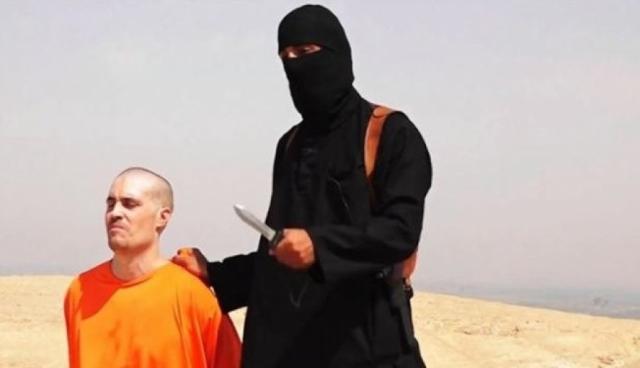 После этого, человек с ног до головы одетый в черную одежду, размахивающий ножом, с явным британским акцентом грозит правительству США.