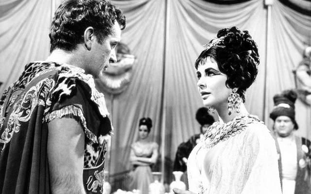 """Элизабет Тейлор и Ричард Бертон изменяют супругам. Роман Ричарда и Элизабет начался в 1962 году на съемочной площадке """"Клеопатры"""". Но Элизабет была не готова развестись: ее тогдашний муж Эдди Фишер бросил ради Тейлор жену. Какое-то время они с Ричардом пробовали держаться подальше друг от друга."""