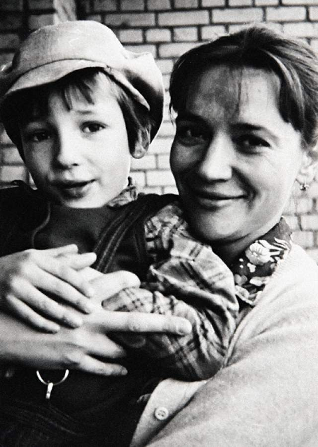 """Павел прожил в семье бабушки и дедушки до 11-летнего возраста и описал эти годы в повести """"Похороните меня за плинтусом""""."""