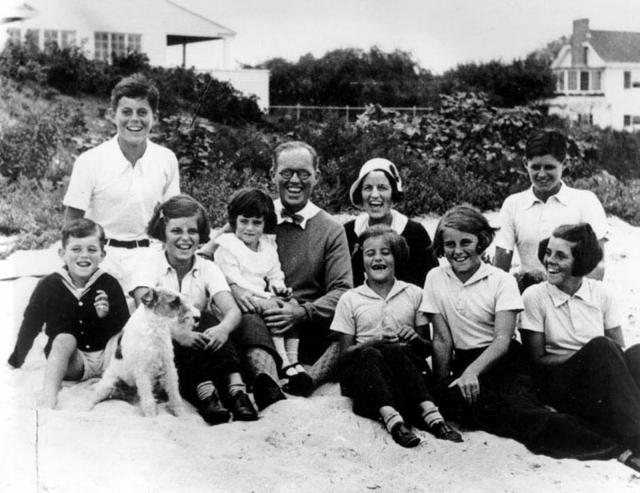 К началу 1930-х годов мать будущего президента США родила уже девятерых детей. Его отец же, успешный банкир не очень то любил семейный уют, предпочитая карьеру и интрижки с другими женщинами.