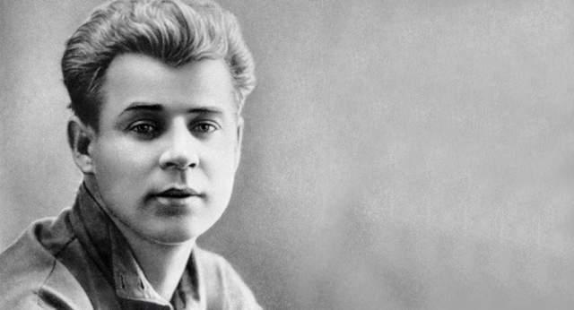 """Сергей Есенин. Повесился в номере №5 отеля """"Англетер"""". Утром 28 декабря 1925 года поэта нашли мертвым в гостинице. Споры о том, что вначале Есенина жестоко избили, а уже потом в бессознательном состоянии подвесили в петлю, идут до сих пор."""