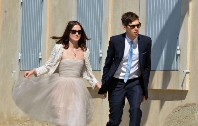 Кира Найтли и Джеймс Райтон. 28-летняя актриса и 29-летний музыкант, к разочарованию журналистов, не стали делать из свадьбы шоу. На официальной церемонии присутствовали только 11 самых близких друзей и родственников пары.