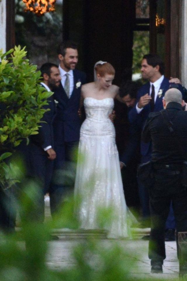 Папарацци удалось сделать фото пары с их друзьями на выходе из церкви после венчания.