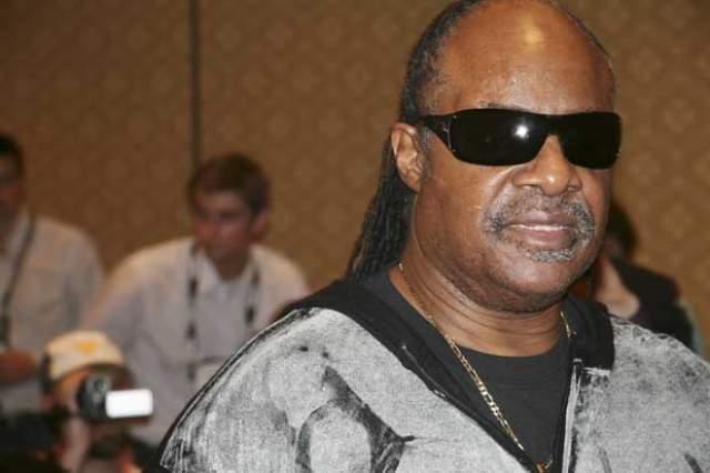 Стиви Уандер. Слепота этого музыканта - следствие врачебной ошибки: он был рожден раньше срока, сосуды его глаз еще не развились правильно.