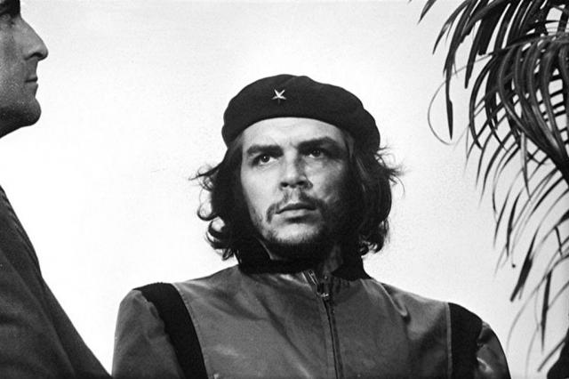 """Будучи фотографом """"Revolución"""", 5 марта 1960 года на траурном митинге, посвященном жертвам теракта, в Гаване в 12 часов 13 минут Альберто Корда снял культовую фотографию Че Гевары."""