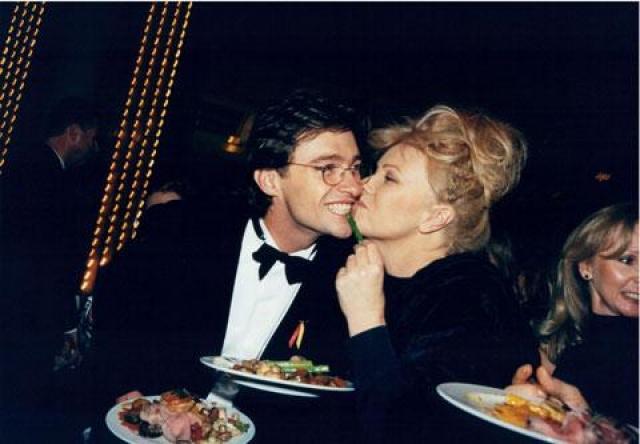 Хью и Дебора познакомились в 1991 году, когда блондинка была востребована как актриса, а будущий Росомаха был совершенно неизвестен. Злые языки подтрунивают над внешним видом Деборы, но пару это явно не беспокоит.