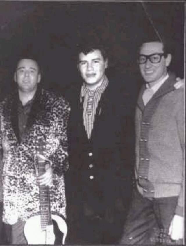 3 февраля 1959 года. Три американских рок-музыканта,  Бадди Холли, Дж. П. Ричардсон и Ричи Валенс, позируют перед посадкой на самолет. Спустя некоторое время он потерпел крушение над полем в Айове.
