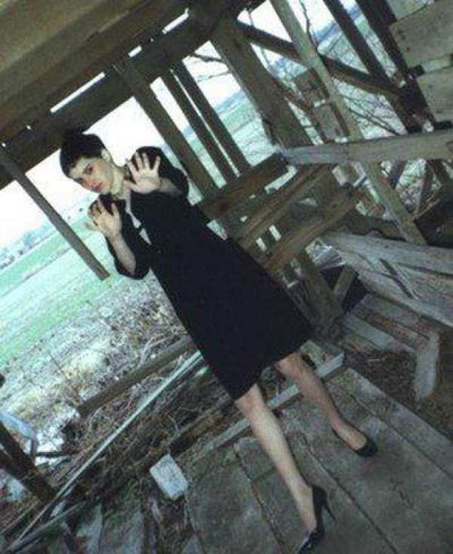 Реджина Уолтерс. 14-летнюю девушку сфотографировал серийный убийца по имени Роберт Бен Роудс за несколько секунд до того, как убить… Маньяк завел Реджину в заброшенный амбар, подстриг волосы и заставил надеть черные платье и туфли.
