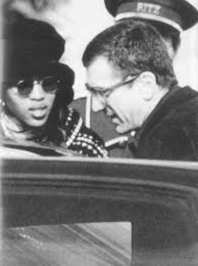 Наоми Кэмпбелл и Роберт де Ниро. 1989-1991. 19-летняя модель шла по улице, когда ее заметил сам де Ниро. Известный своей любвеобильностью 47-летний голливудский актер долго разрывался между Наоми и своей прежней девушкой, Дорис Смит.