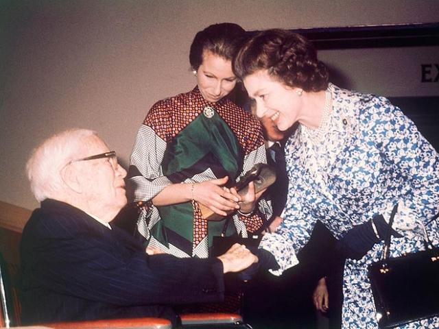 В 1975 году Чаплин был посвящен в рыцари королевой Елизаветой II.