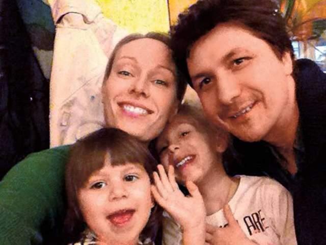 Уже в период учебы в жизнь актрисы ворвался режиссер Павел Сафонов, с которым они до сих пор вместе, хотя и не женаты. У них сейчас две дочери и сын.