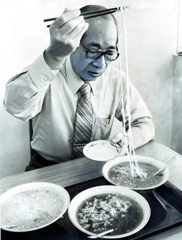 Пробуя раз за разом готовить лапшу так, чтобы она готовилась быстро, он терпел много неудач. Либо блюдо было на вкус травой, либо разваривалось в кашу.