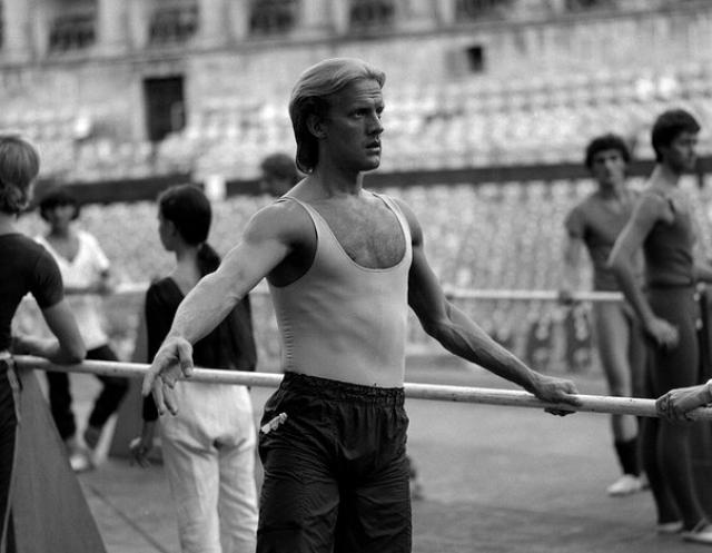 """Александр несколько лет тщетно пытался вернуть ее назад, и пара приобрела известность, как """"Ромео и Джульетта холодной войны"""". Им так никогда и не удалось больше увидеться. Как танцор, он был великолепен, и когда его приняли в Американский Театр балета под руководством Барышникова, Александр был там ведущим исполнителем."""