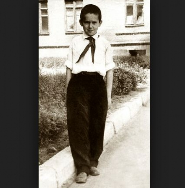 Станислав Садальский. Будущий актер потерял мать в 12-летнем возрасте. Женщина умирала в муках, а ее супруг и отец мальчика даже не навещал ее в больнице.