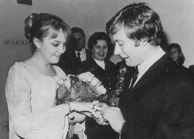 """В 1971 году Андрей впервые женился. Его супругой стала актриса 24-летняя Екатерина Градова - исполнительница роли радистки Кэт в знаменитом сериале """"Семнадцать мгновений весны""""."""