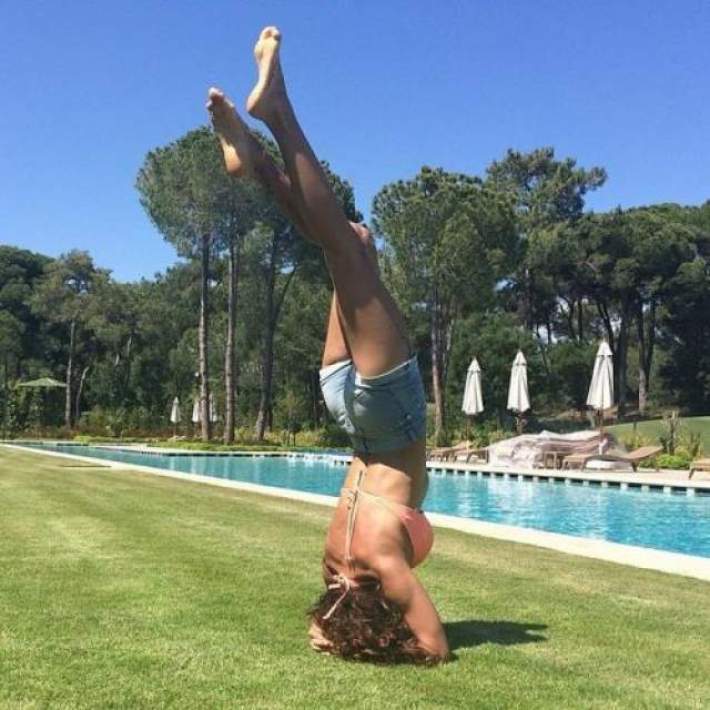 Разговоры о своей стройности Екатерина регулярно подогревает фотографиями в соцсетях, например снимками топлес с отдыха на Бали. Если копнуть чуть глубже, то можно найти и фотосвидетельства того, как Климова поддерживает форму с помощью йоги.