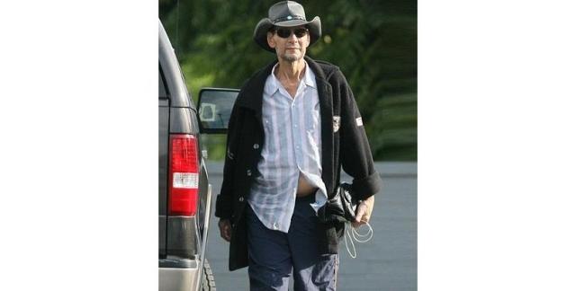 Патрик Суэйзи скончался от рака в возрасте 57 лет. На фото он за три недели до смерти покидает больницу.